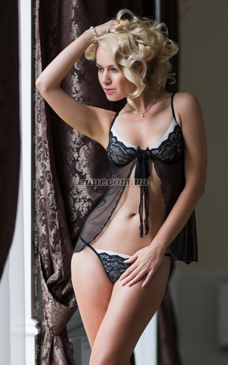 eroticheskoe-video-devushki-v-obtyagivayushem-blestyashem-kombinezone-porno-minet-transseksuala